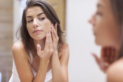 Quelles solutions pour prévenir les boutons sur le visage?