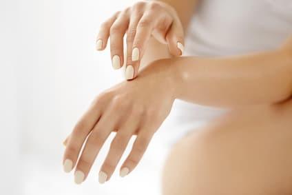 Soins cutanés des mains: techniques de rajeunissement des mains